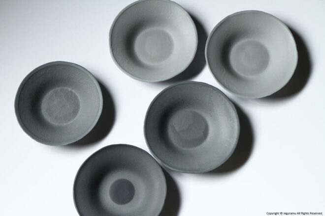 The gray plates are individually different in color.