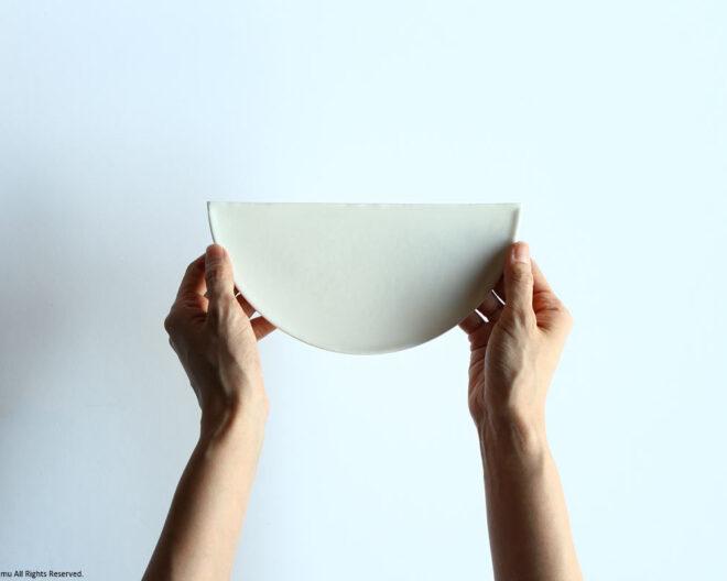 「半円皿」を持つ
