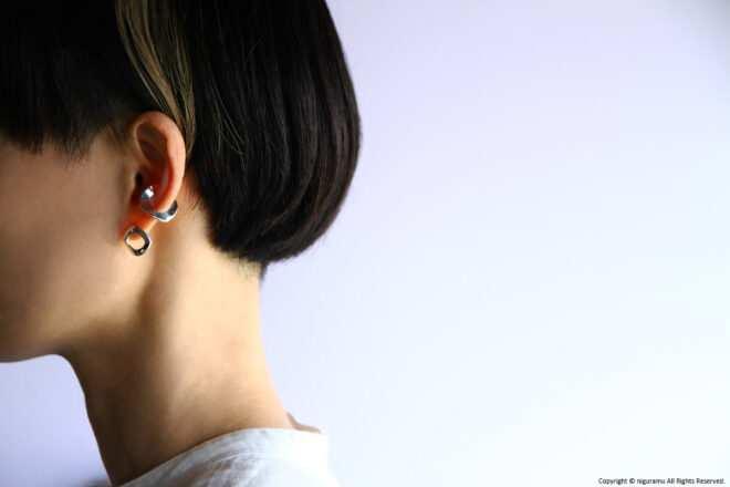 「C-00 cuff / silver」と「Shapes earring, Circle / SV-mirror」の組み合わせ