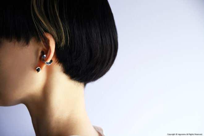 「C-00 cuff / silver」と「sp-earring 00 / Onyx-SV」の組み合わせ