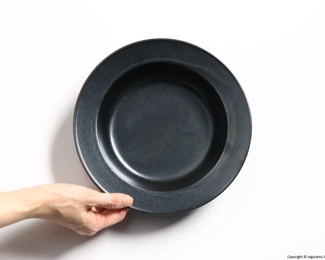 YH, スープボウル 230 / 鉄色(手に持って・上から)