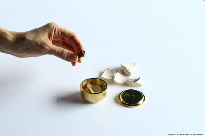 Drip aroma oil on a piece of unglazed porcelain.